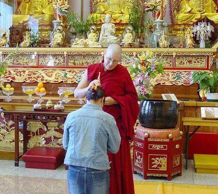 前往的信徒接受祝福(大纪元摄影)