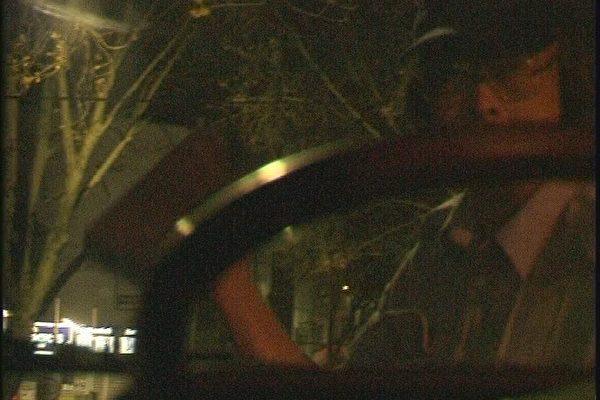 攝像機拍下的8月4日淩晨疑犯用磚砸車前玻璃的鏡頭(大紀元)
