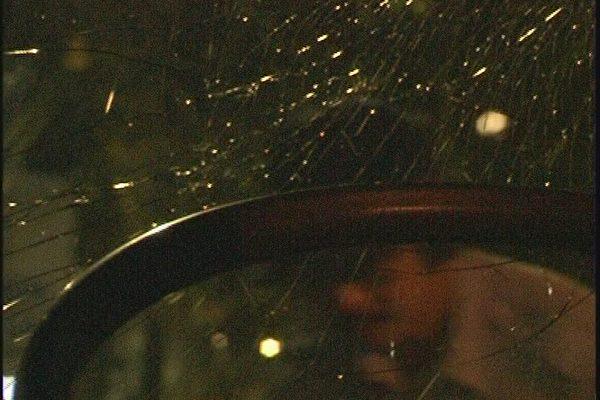 8月4日淩晨車窗玻璃被砸後的慘狀,疑犯還保留砸後的姿勢(大紀元)
