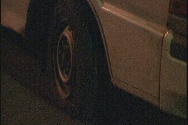 輪胎被紮破後的麵包車(大紀元)