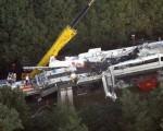 发生撞车事故的德国磁 浮列车车厢严重毁损。 (Photo by DAVID HECKER/AFP/Getty Images)
