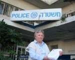 歐拉.菲德曼女士代表以色列法輪大法學會在特拉維夫警局報案。(大紀元)