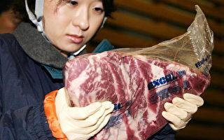 2006年8月8日,日本一名检疫官员在取样检查从美国进口的牛肉是否含有包括疯牛病在内的疾病。(YOSHIKAZU TSUNO/AFP/Getty Images)