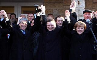 德国、波兰和捷克元首及欧盟领袖今天在三国交界的齐陶边界管制站,庆祝申根公约区扩大为24国。(Marcel Mettelsiefen/Getty Images)