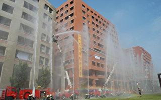 地面及高楼射水抢救演练。(台南市消防局提供)
