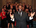 山姆﹒帕理斯(Sam Paris)率領他的合唱團為神韻義演。(圖片:明慧網)