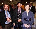 工程師Pierre-ange Giudici與他的朋友和神韻藝術團團長張鐵鈞合影。(攝影:章樂/大紀元)