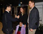 女銀行家伊麗莎白一家接受採訪(攝影:章樂/大記元)