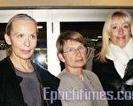 珠寶設計師瑪格麗‧德呂茲(Marguerit Deluze)女士(左一)與朋友合影(攝影:章樂/大紀元)