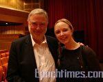 圖:IMS Health 諮詢顧問金‧瑞恩(Jin Ryan)先生與女兒卡羅琳。(攝影:Lily/大紀元)