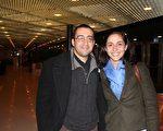 日內瓦大學傳媒專業的博士生亞尼斯‧亞納納尼(左)與朋友合影。(攝影:章樂/大紀元)