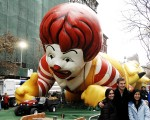 图为梅西感恩节大游行的主角之巨型气球卡通明星们已于昨日(11月26日)准备就绪,就等著参加游行了。(图/文:戴兵/大纪元)。
