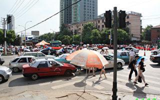 武汉东沙连通工程拆迁户不满大拆大建 连日堵路抗议