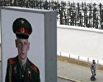 查理边境检查站旧址重修一小段柏林墙。墙外有1,065个纪念柏林墙受难者的十字架。(图片来源:Getty Images,摄于2004年11月8日)