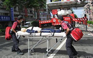 高楼救灾云梯车救援陷火灾病患。(摄影:陈文敏/大纪元)