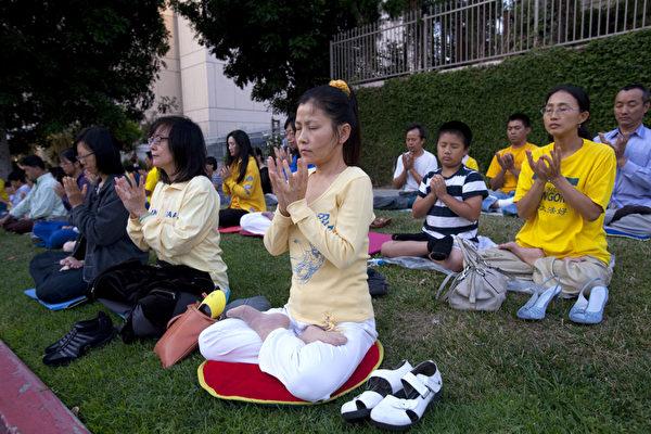 图:7月20日晚,洛杉矶法轮功学员在中领馆前烛光悼念被中共残酷迫害致死的法轮功学员,抗议中共长达12年的残酷迫害。(摄影:季媛/大纪元)