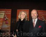 麥克亞當和妻子一起觀賞了12月22日晚在國家藝術中心上演的神韻晚會(攝影:楊瑞/大紀元)