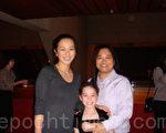 華裔平面設計師艾瑞克女士(左)和酒店經理希希(右)觀看了27日晚的演出後表示節目引人入勝。(攝影:滕冬育/大紀元)