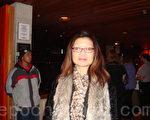 公司重組諮詢師龍女士帶著母親觀看了12月27日神韻在漢密爾頓的最後一場神韻演出,表示「演出太引人入勝了」。(攝影:滕冬育/大紀元)