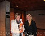 戴安娜‧格林萊特女士(女)和女兒威娜莎(右)一起觀看了神韻在漢密爾頓的最後一場演出,表示「明年一定再看」(攝影:于靜婷/大紀元)