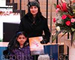 圖:2012年1月13日晚,珠寶設計師馬哈拉吉(Nadia Maharaj)與女兒在多倫多索尼演藝中心欣賞神韻演出。(攝影:周月諦/大紀元)