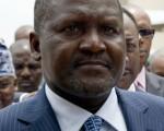 非洲首富唐高特于3月31日在刚果首都布拉萨市捐出50万美元,援助3月布拉萨市军火库爆炸案受害者。(PIUS UTOMI EKPEI / AFP)