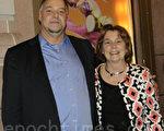 财务顾问Barbara Morse 和从DC赶来的弟弟Rick White一起来看神韵晚会(摄影:肖捷/大纪元)