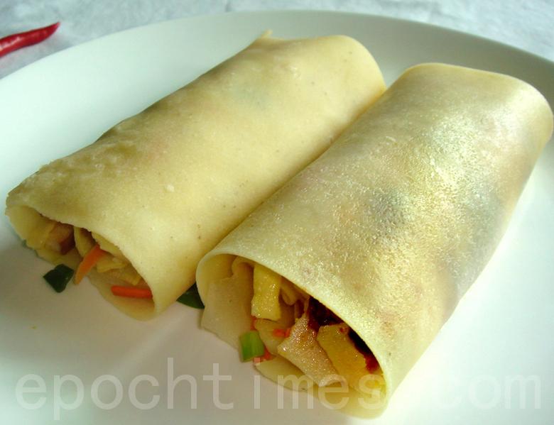 """鲜美营养的""""菜煎饼""""是""""煎饼卷大葱""""的衍生吃法(摄影: 彩霞/大纪元)"""