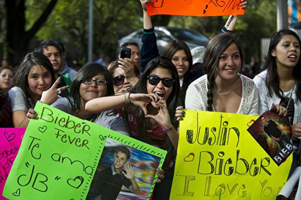 賈斯汀•比伯在墨西哥城舉行演唱會,熱情的歌迷們到場支持。(Ronaldo Schemidt/AFP/GettyImages)