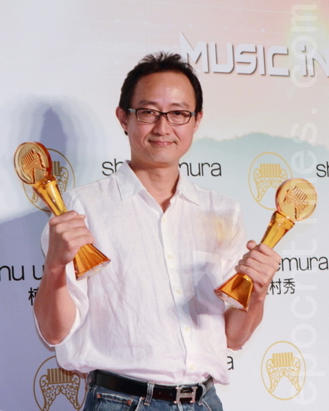 鍾興民獲頒最佳作曲人及演奏類最佳專輯獎。(攝影:許基東/大紀元)