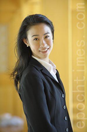 """图为神韵艺术团舞蹈演员Seron Chau,她在博客上发表的""""海滩空翻""""图在神韵脸书上吸引粉丝热议。(图/神韵艺术团提供)"""