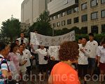 因老闆逃跑欠薪,上海六千館餐廳(河南南路店)的近30名員工,拉著橫幅一路遊行到上海市政府門前抗議。(圖片/知情者提供)