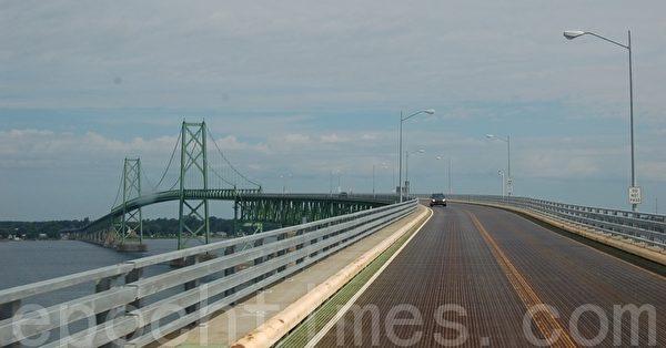 连接美加两国的奥登斯伯格-普里斯科特国际大桥(摄影:孙萍/大纪元)