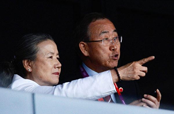 2012年7月27日,联合国秘书长潘基文和妻子参加在奥林匹克体育场举行的2012年伦敦奥运会开幕典礼。(Pascal Le Segretain/Getty Images)