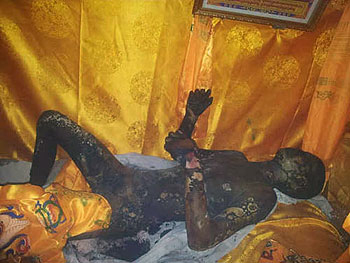 丹真多杰遺體被村民送返家中,西倉寺僧人及附近民眾趕往唸經,一度遭警方阻止。(照片由維權人士提供)