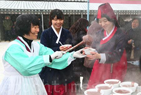 2016年12月21日是「冬至」,韓國人有喝紅豆粥的習俗。首爾觀光景點「韓屋村」當天為遊客免費熬製紅豆粥。(攝影:全宇/大紀元)