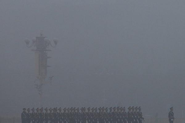 """中共新任总书记习近平1月29日视察武警部队,强调党对武警部队的绝对领导,意在收缴政法委的兵权,握牢枪杆子,为下一步打真正的""""大老虎""""造势和做好准备。(Feng Li/Getty Images)"""