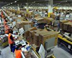 2013年2月17日,德國媒體指出,亞馬遜網路商務公司(Amazon)德國發貨中心的效率是靠壓榨臨時雇工。圖為2010年12月20日,德國中部地區的亞馬遜物流中心雇員包裝包裹。(UWE ZUCCHI/DPA/AFP)