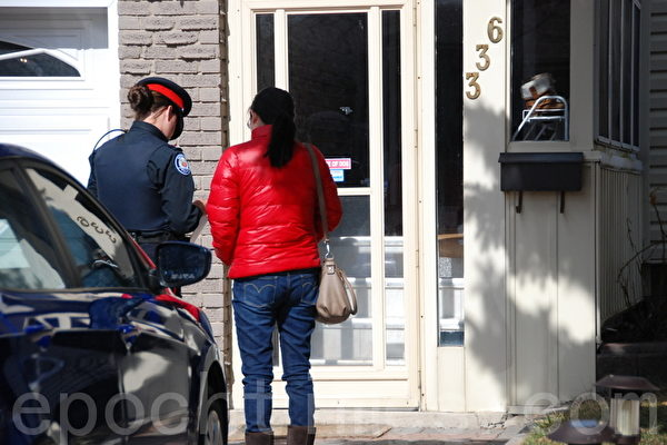 租客红衣女子表示,嫌犯平时非常沉默。(摄影:伊铃/大纪元)
