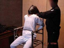 酷刑演示:塑料袋套头(图片来源:明慧网)