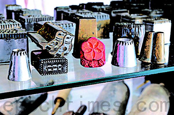 文化馆里展示了阿聪师过去制作糕饼的各式模具。(摄影:苏菊/大纪元)