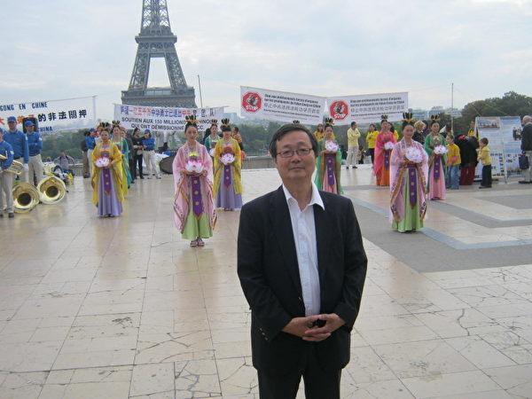 国际人权协会的理事吴先生专程从德国赶来揭露中共 (摄影:慈蕊/大纪元)