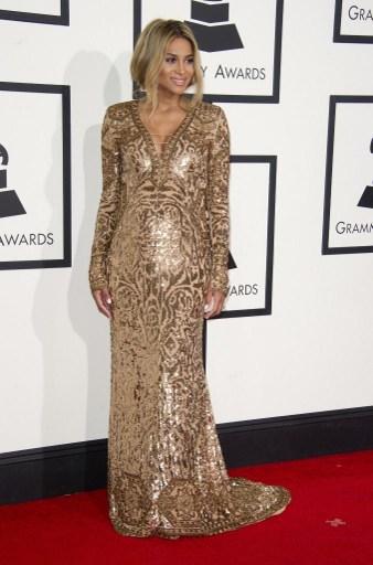 即將做媽媽的歌手席亞拉身著Pucci禮服。(ROBYN BECK/AFP)