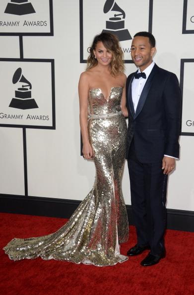 約翰•傳奇(右)與妻子克莉絲汀•泰根,後者身著Johanna Johnson金屬色長裙。(ROBYN BECK/AFP/Getty Images)