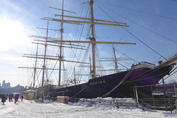 位於華爾街和唐人街步行範圍內的17號碼頭,原來是紐約最早的港口,有三百多年的歷史。碼頭停泊著由三艘古老帆船搭建的博物館,其中一艘「北京號」(Peking)是1911年建造的當時世界第二大帆船,岸邊百米內還有一個水泥砌成的泰坦尼號紀念塔,是為紀念泰坦尼克號沉沒一週年時建造的。由於其獨特的地理位置和歷史文化氛圍,這裡每年吸引上千萬遊客前來參觀。近幾年,大陸旅遊團越來越多,一般都安排遊客從這裡的17號碼頭上船去自由島觀光自由女神像。(蔡溶/大紀元)