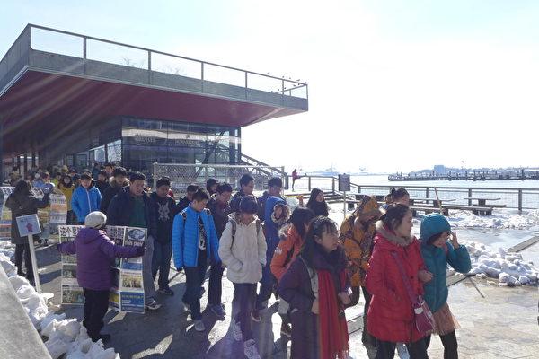 近幾年,前來17號碼頭參觀的大陸學生團特別多,常由老師帶隊集體出遊。(蔡溶/大紀元)