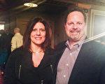2014年3月8日晚,家居公司Basement Systems Inc.副總裁Mark Daconto夫婦觀看了神韻國際藝術團在康州沃特伯裡市(Waterbury)派雷斯劇院(Palace Theatre)的演出。(陳天成/大紀元)