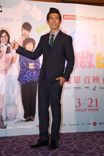 電影《做你愛做的事》台北首映,修杰楷在片中扮拙當「媽寶」牙醫。(華映提供)