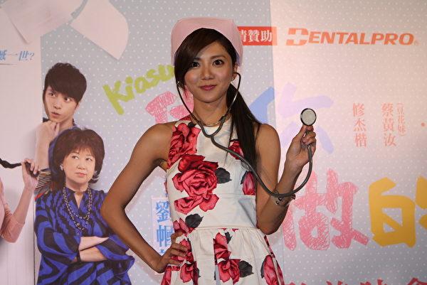 電影《做你愛做的事》台北首映,蔡黃汝盛裝出席。(華映提供)