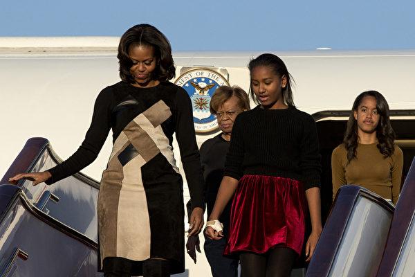 北京时间20日,米歇尔和二个女儿以及母亲罗宾逊在北京机场上亮相。米歇尔未有发表公开讲话。(Alexander F. Yuan - Pool /Getty Images)